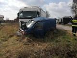 Olędzkie. Wypadek na DW 681. Ciężarówka zderzyła się z busem. Kierowca dostawczaka ranny [ZDJĘCIA]