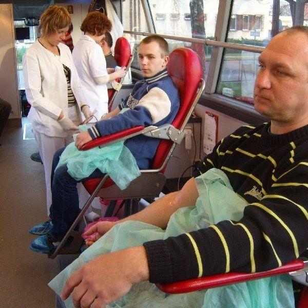 Krew systematycznie oddaje Paweł Pieszak  (na pierwszym planie). Pierwszy raz natomiast  zdecydował się na to Marcin Wieczorek