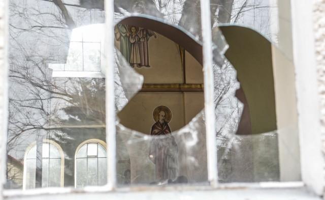 18-letni Mikołaj K. i 20 - letni Paweł Ś., którzy w środę przed południem włamali się do zabytkowego kościoła na osiedlu Budziwój w Rzeszowie, a potem zdemolowali go i pobili proboszcza, zostali tymczasowo aresztowani na 3 miesiące.
