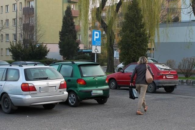 Na parkingu pod szpitalem zawsze jest pełno samochodów. Po przebudowie przybędzie kilkanaście miejsc postojowych.