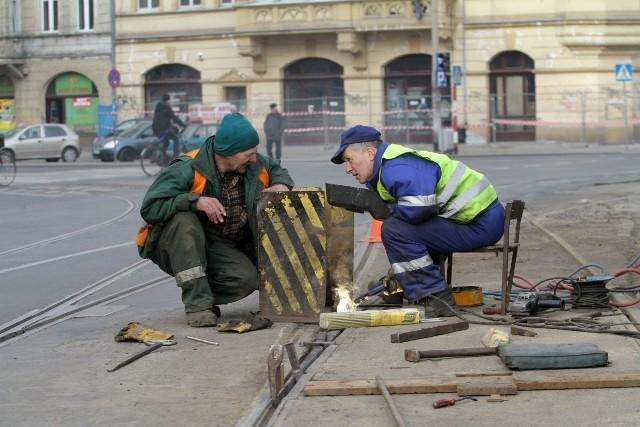 Awaria zwrotnicy przy ul. Drobnera. Kilka godzin trwała naprawa torowiska