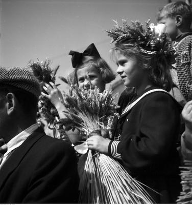 """Hucznie, z rozmachem i na ludowo - tak organizowano dożynki w Polsce Ludowej. Na igrzyska dla ludu szły potężne sumy, do wydarzenia przygotowywano się przez kilka miesięcy.Wyjątkową uwagę propaganda przywiązywała do dożynek centralnych, z reguły organizowanych na stadionach. Przedstawiciele wsi wręczali wówczas I sekretarzowi partii bochen chleba z nowej mąki. W ramach świętowania, organizowane były pochody, zawody, festyny.Na zdjęciu Centralne Dożynki w Warszawie - wrzesień 1958 rok. Pozostałe zdjęcia na kolejnych stronach. Polecamy!<iframe src=""""//get.x-link.pl/adb0a32c-b24c-69c2-5037-062e08909c81,1d795be5-da0f-791d-df43-08be0180d2de,embed.html"""" width=""""640"""" height=""""360"""" frameborder=""""0"""" webkitallowfullscreen="""""""" mozallowfullscreen="""""""" allowfullscreen="""""""" allow=""""autoplay; fullscreen"""" scrolling=""""no""""></iframe>"""