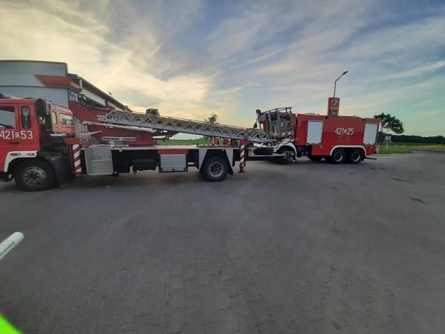 Kilka zastępów strażaków pojechało na stację paliw w Małym Czystem