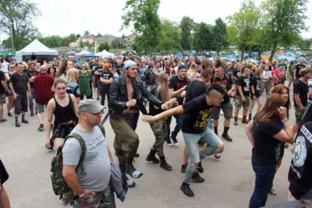 """W Goniądzu (pow. moniecki) trwa ósma edycja festiwalu Rock na Bagnie. Nad Biebrzę w Goniądzu po raz kolejny zjechały tysiące miłośników starych dobrych rockowych klimatów.Rock na Bagnie to jeden z najbardziej oryginalnych i klimatycznych festiwali w Polsce, określany przez starych bywalców Jarocina """"Nowym Jarocinem"""", gdyż grają na nim często zespoły z najlepszego okresu tego legendarnego festiwalu - podkreślają organizatorzy.Zobacz też Rock na Bagnie. Miłośnicy mocnej muzyki bawili się w Goniądzu. Zobaczcie fotorelację [ZDJĘCIA]Wideo: Rock na Bagnie 2017"""