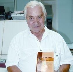 Doktor Jerzy Kijowski prezentuje swoją najnowszą publikację