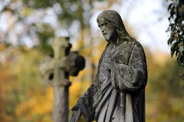 Sytuacje, które zdarzają się na cmentarzu to nie tylko zniszczone płyty nagrobne, czy połamane krzyże, ale również skradzione lub zniszczone narożniki grobowca, wazony, rzeźby, fragmenty płyt nagrobnych i inne elementy.