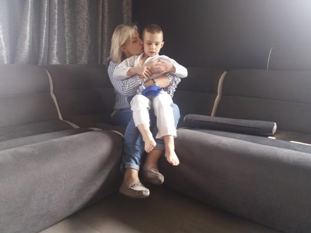 Chłopczyk z mamą w domu w Justynowie.
