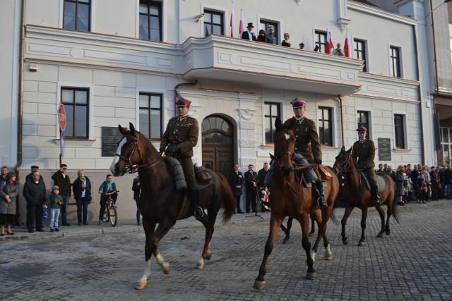 W rytmie poloneza przez koronowski rynek przemknęło 17 jeźdźców na koniach z klubu  Deresz