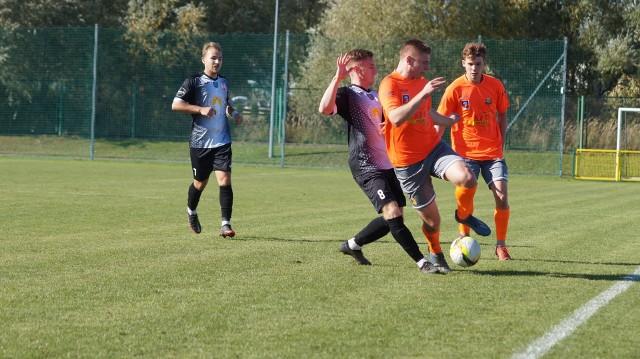 Hutnik Szczecin (pomarańczowe koszulki) zremisował na swoim boisku z Orłem Wałcz.