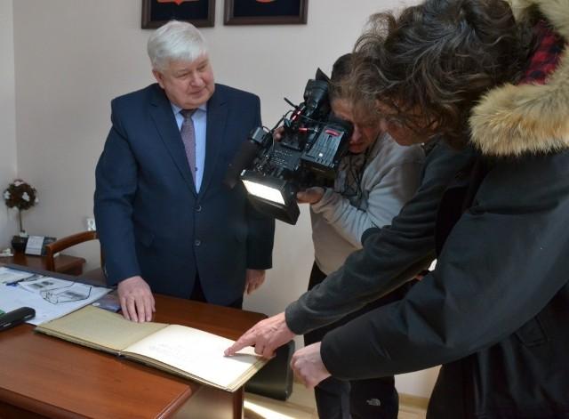 Wójt Józef Predenkiewicz podczas udzielania wywiadu