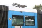 Połamany pantograf w tramwaju pod wiaduktem na Hallera