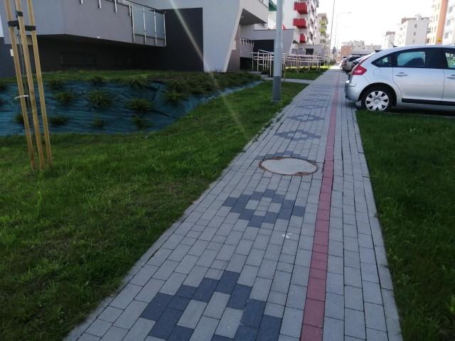Ulica Korczyńska w Rzeszowie. Kostka brukowa ułożona w czworokąty i linie niestety nie wytrzymała próby czasu. Zdemolowali ją budowlańcy, którzy nie potrafili odtworzyć wzoru po demontażu nawierzchni.