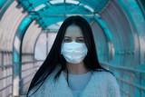 Maseczka ochronna na koronawirusa. Jak ją zrobić samemu? Oto prosty sposób. Instrukcja jak zrobić maseczkę ochronną w dobie koronawirusa
