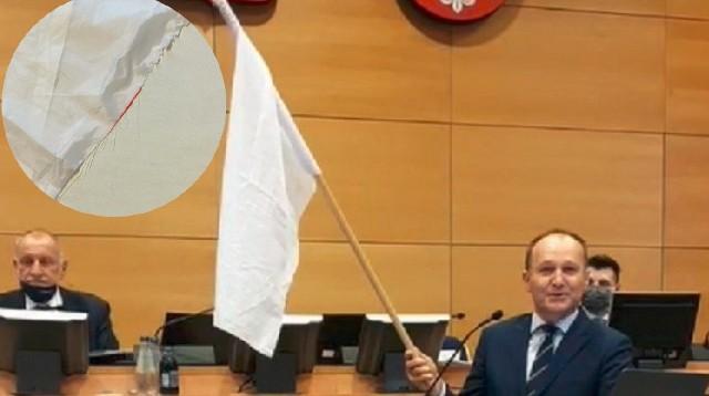 Marszałek Małopolski Witold Kozłowski zapowiedział złożenie zawiadomienia do prokuratury w sprawie możliwości popełnienia przestępstwa (znieważenie symbolu państwowego) przez posła PO Marka Sowę.