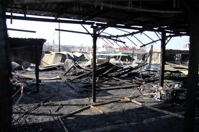 Ogień na targowisku przy ul. Ruskiej zauważono 9 kwietnia br. około godz. 22.40. Gaszenie zakończono po północy