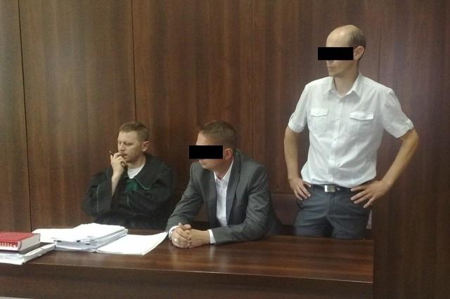 39-letniemu Jarosławowi O. (na zdj. z prawej) śledczy postawili osiem zarzutów dotyczących płatnej protekcji.