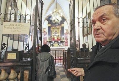 Proboszcz parafii mariackiej ks. infułat Bronisław Fidelus w kaplicy Matki Boskiej Częstochowskiej Fot. Anna Kaczmarz