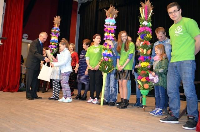 Niedziela Palmowa w ŻniniePrzed wymarszem z palmami do kościoła pw. św. Floriana w ŻDK rozstrzygnięto konkurs na palmę i kropidło pałuckie.
