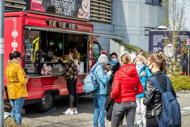 W Bydgoszczy odbywa się Food Truck Festival. Na parkingu hali Artego Arena zaparkowały food trucki z całego kraju, by serwować kuchnie z różnych stron świata.