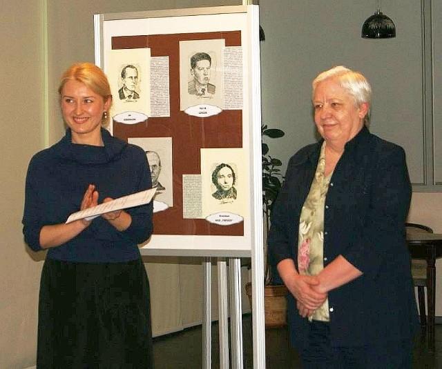 Jolanta Młodecka (z prawej) na wystawie w Inowrocławiu zaprezentowała blisko 70 swoich pracy, przedstawiających znane postaci i obiekty w stolicy Kujaw zachodnich i okolicach. Na zdjęciu obok niej Aleksandra Nowak z inowrocławskiej książnicy
