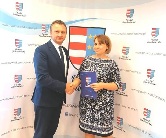 Poniedziałek, 26 września był pierwszym dniem w pracy nowej dyrektorki. Nową dyrektor powitał sandomierski starosta