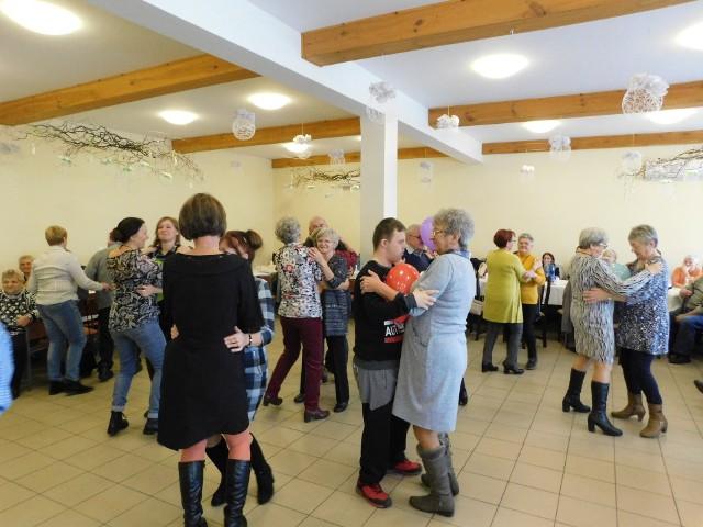 Gminne Kluby Seniora świętowały Ogólnopolski Dzień Seniora na sali wiejskiej w Nowej Wsi Królewskiej. Każdy uczestnik spotkania przyniósł coś do jedzenia, był także tort. Jak zawsze, seniorzy chętnie tańczyli i śpiewali.