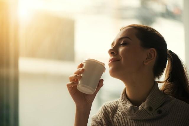 Kawa bezkofeinowa różni się od tej tradycyjnej intensywnością smaku, zapachu i koloru. Jest znacznie łagodniejsza, mniej kwaśna, mniej gorzka i znacznie jaśniejsza.