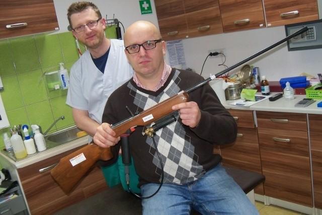 Lekarz weterynarii Jacek Opara z karabinem Palmera oraz jego współpracownik lekarz Robert Ratajski, który także ubiega się o pozwolenie na broń, niedługo na zmianę będą jeździć na akcje bezpiecznego usypiania agresywnych i spłoszonych zwierząt.