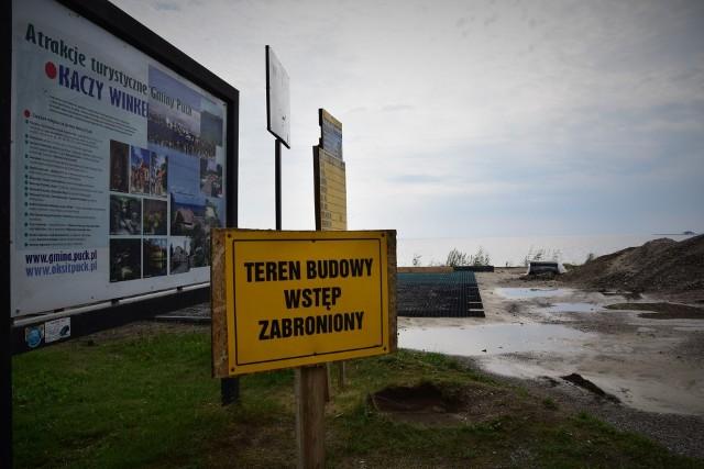 """Wakacyjny remont parkingu na Kaczym Winklu - gmina Puck; Na taki krajobraz trafiają turyści, którzy przyjeżdżają odpoczywać w powiecie puckim: pierwszy widok """"nad morzem""""? Zakazy"""