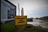 Kaczy Winkel za Puckiem zamknięty dla turystów i zasłonięty barierkami. Skąd zakaz wstępu na atrakcję nad Zatoką Pucką? | ZDJĘCIA, WIDEO
