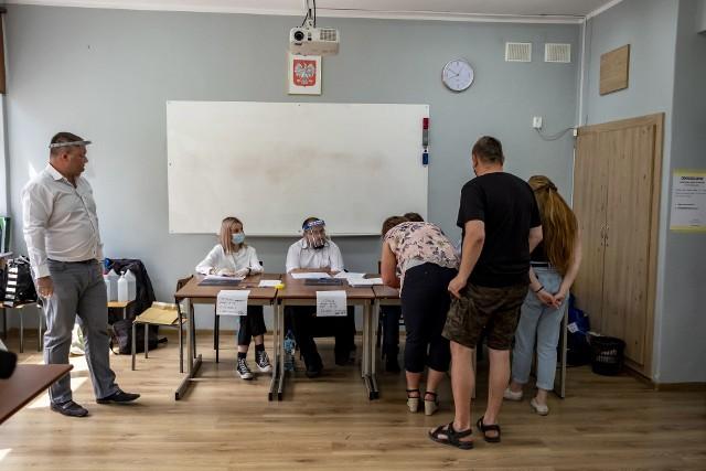 Lokal wyborczy w XXXVII Liceum Ogólnokształcącym z Oddziałami Terapeutycznymi im. Jana Pawła II w Poznaniu.