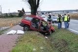 Kościelna Wieś: Dwie osoby nie żyją. Samochód uderzył w drzewo [ZDJĘCIA]