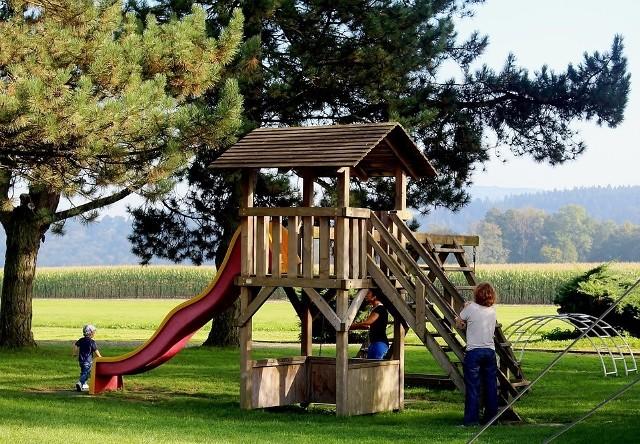 Urządzenia na placu zabaw powinniśmy dopasować do wieku i potrzeb naszych dzieci. Jeśli zamontujemy je na stałe, będą stabilniejsze, ale musimy je wówczas systematycznie konserwować.