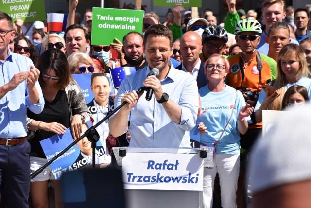 - Wygląda na to, że pan prezydent Andrzej Duda umówił się tylko z samym sobą i ze swoimi zwolennikami, żeby zrobić kolejny wiec, zamiast żeby porozmawiać o tym, co naprawdę istotne dla Polek i Polaków - mówił w Kaliszu Rafał Trzaskowski.Przejdź do kolejnego zdjęcia --->