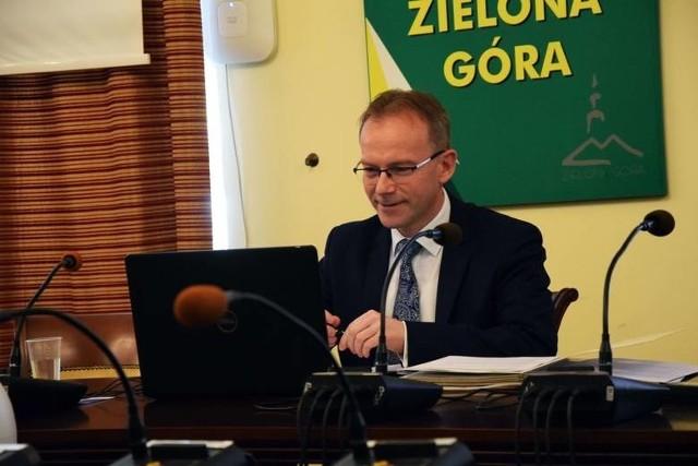 Zdjęcia ze zdalnej sesji rady miasta, która odbyła się w marcu 2021