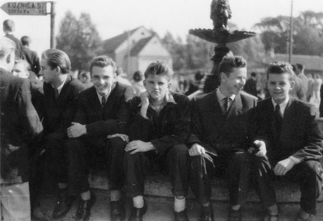 Lato 1954 r. Rynek Kościuszki. Siedzimy przy fontannie. Od prawej: Waldemar Boratyński, Jerzy Szóstko oraz Władysław Poskrobko i Konrad Suska (obaj uprawiali boks). A z lewej strony drogowskaz na Kuźnicę i Sokółkę. W tle zaś widać tłumy białostoczan na niedzielnym spacerze.