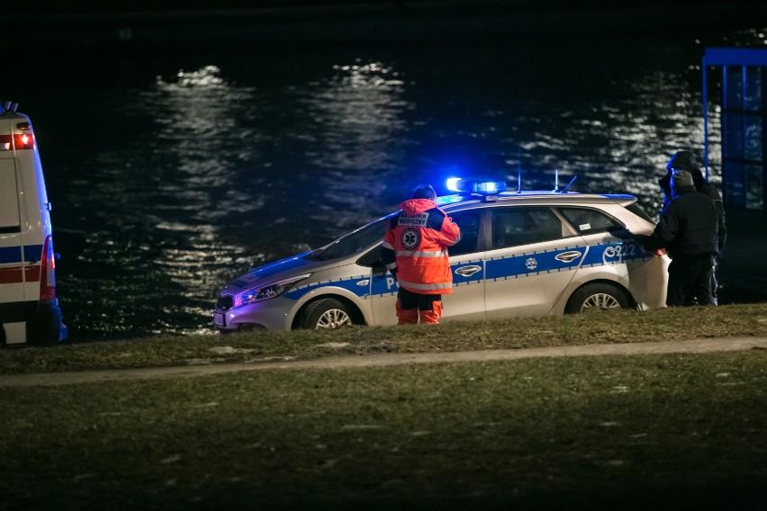 Ciało mężczyzny wyłowiono z rzeki w centrum miasta w sobotę, 17 października, około godz. 22.30