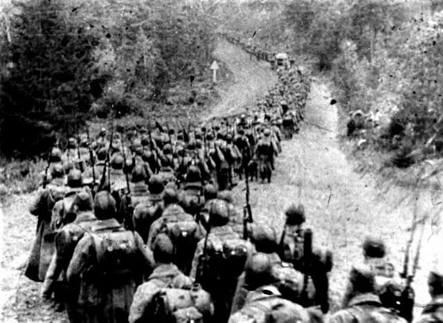 17 września 1939 roku. Kolumny piechoty sowieckiej wkraczają do Polski