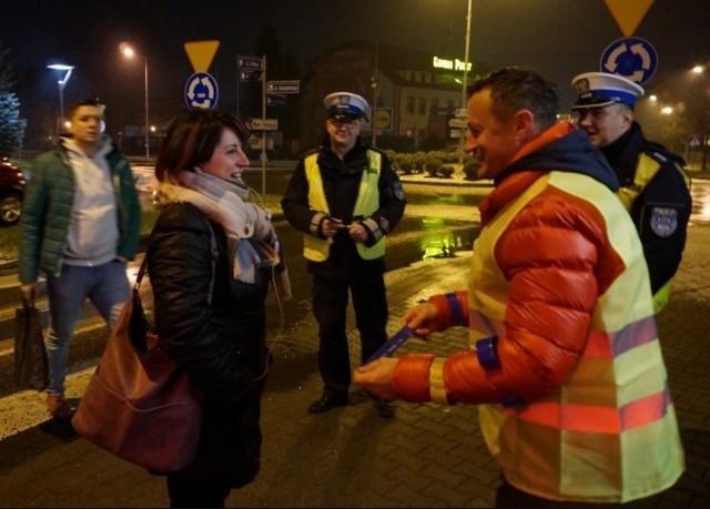 Adam Małysz razem z policjantami rozdawał odblaski