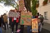 """Zielona Góra. Protest Tysięcy Miast. """"Środowisko ponad wszystko""""- skandowali młodzi pod ratuszem"""