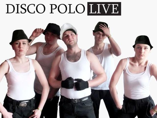 """Na zdjęciu przestawiłam wraz z grupą przyjaciół naszą własną interpretację zdjęcia słynnego zespołu disco polo """"Boys"""" z billboardu promującego galę Disco Polo Ekstraklasa – pisze Elżbieta Śmiarowska, jedna z uczestniczek naszego plebiscytu."""