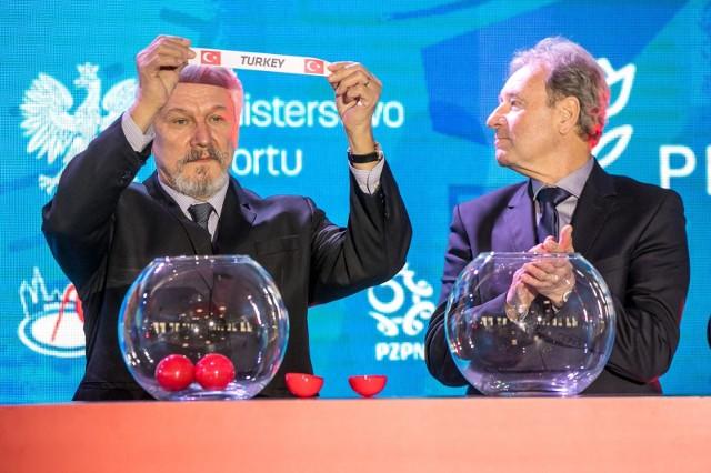 Henryk Kasperczak (z lewej) podczas niedawnego losowania grup Euro 2020 w AMP futbolu, jakie we wrześniu ma być rozegrane w Krakowie.