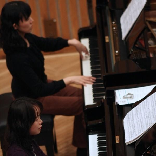 Granie w duecie to dyscyplina wyjątkowa. Trzeba słuchać drugiej osoby, a interpretację utworu ustalać wspólnie. Jest trudniej, ale przyjemniej, bo ćwiczy się z kimś, a nie samemu – mówią pianiści. Masako Kodama i Nao Tsutaya z Japonii od 14 lat grają razem. Do Polski przyjechały po raz pierwszy.