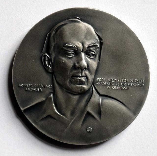 Posrebrzany medal prof. Krzysztofa Nitscha wybiła Mennica Polska. Będzie tylko 100 sztuk dzieła śląskiego artysty i medaliera
