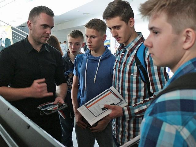 Targi Pracy i Edukacji w GrudziądzuChłopcy interesowali się pracą w firmach ochroniarskich