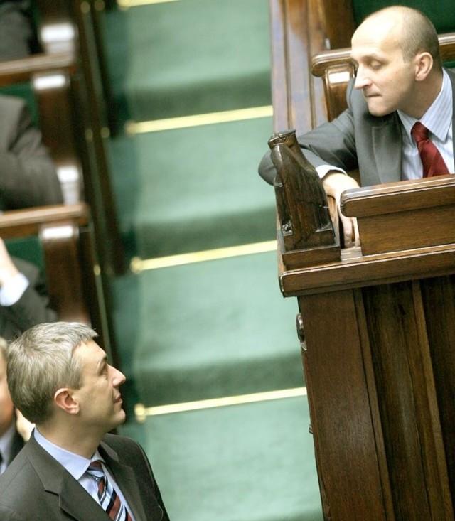 Nawet premier Kazimierz Marcinkiewicz i Roman Giertych (LPR) wydawali się zdezorientowani zamieszaniem panującym na sejmowej sali