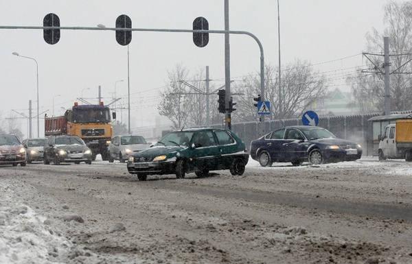 W Łodzi drogowcy nie radzą sobie nie tylko z dziurami, ale również ze śniegiem...