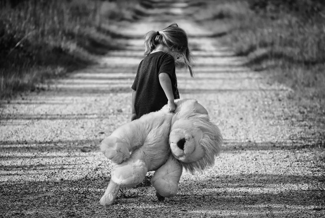 Pan Mateusz po kolejnej nieskutecznej wizycie u córki, skomentował: - Następny weekend zignorowany przez właścicielkę mojej córki. Pozostaje mi stanie pod drzwiami, pozostawienie lalki i rozpacz.