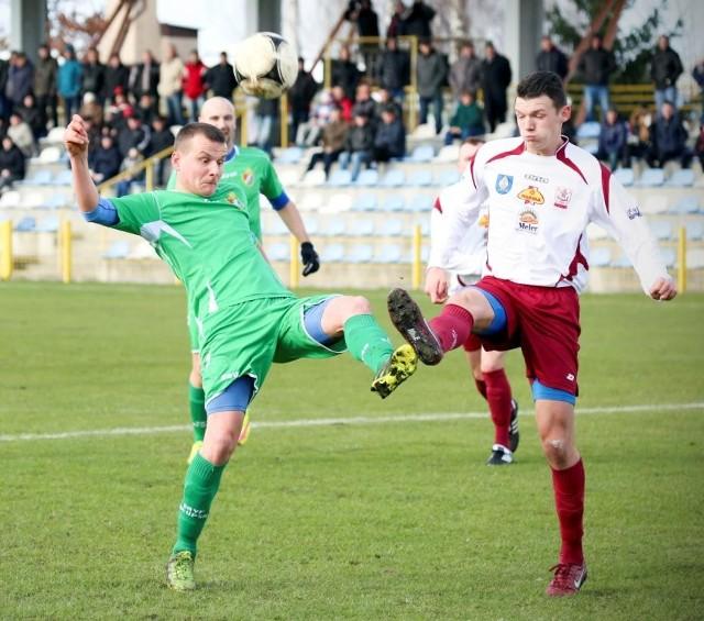 Adrian Solczak w akcji z meczu Gryf  - Wierzyca. Jego podanie pomogło Łukaszowi Stasiakowi zdobyć gola na 2:0