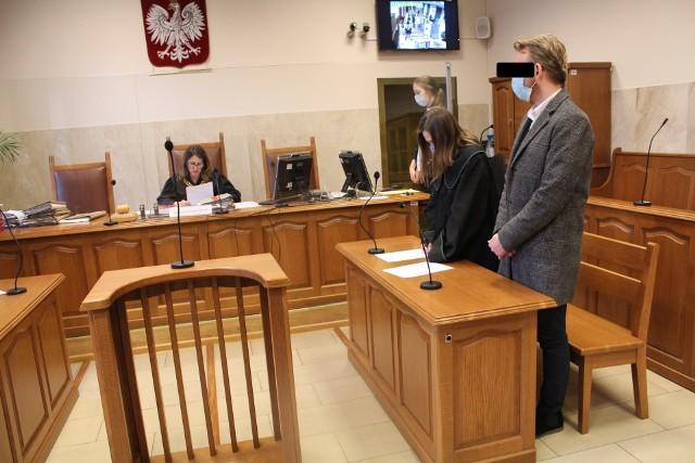 Oskarżony Szymon P. słucha wyroku przed Sądem Rejonowym w Suchej Beskidzkiej